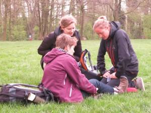 Reisbegeleiders oefenen aan de hand van een casus op de EHBO-dag