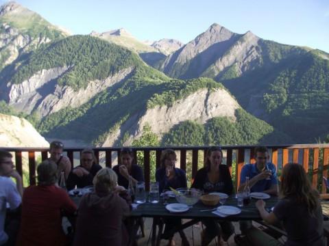 Eten bij een berghut met uitzicht