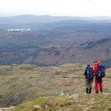 De reisbegeleiders bepalen de beste route in dit padloze deel van het Lake District (Peter Kok)