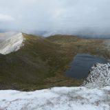 Uitzicht op het besneeuwde lente landschap van het Lake District (Karin)