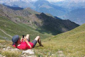 Neem gerust contact met ons op, ook als je bovenop een berg ligt (Joav Gertner)