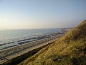 Over het duin loopt een pad met prachtig uitzicht over het strand en de zee (Jacoba)