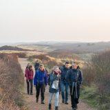 Wandelen door de duinen bij Domburg (Bas Wetter)