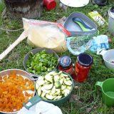 Gedroogde producten aanvullen met lokale verse groente doet wonderen voor een heerlijke maaltijd bij het wildkamperen (Miranda van Zoelen)