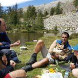 Halverwege een kampeertrektocht een lokaal kaasje uit je rugtas toveren valt altijd goed op een groepsreis (Saar Langelaan)