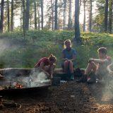 """Normaal koken we op branders, maar dit keer kookten we op het kampvuur (<a href=""""https://baswetter.photography"""" target=""""_blank"""" rel=""""noopener noreferrer"""">Bas Wetter</a>)"""