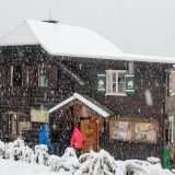 """04 De volgende ochtend worden we wakker in een sneeuwlandschap van 20 cm dik, op 1600 m hoogte (<a href=""""https://baswetter.photography"""" target=""""_blank"""" rel=""""noopener noreferrer"""">Bas Wetter</a>)"""
