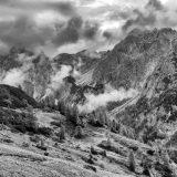 """20 De wolken hangen tussen de bergen en leveren een prachtig mysterieus plaatje op (<a href=""""https://baswetter.photography"""" target=""""_blank"""" rel=""""noopener noreferrer"""">Bas Wetter</a>)"""