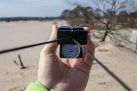 Op de open Soesterduinen oefenen we met het maken van een doorsteek met behulp van een (spiegel) kompas (Bas Wetter)