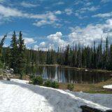 Er ligt op sommige plekken nog sneeuw in de Rocky Mountains (Jitske)