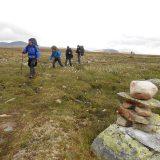 Doordat we overnachten in berghutten kunnen onze rugtassen lichter blijven dan van deze mannen in Noorwegen (Roos Lantink)