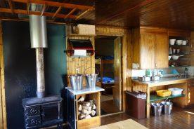 We verblijven in verschillende berghutten, van eenvoudige tot luxere hutten, zogenaamde fjällstations, met een klein winkeltje en bar (Roos Lantink)