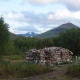 Wie er na aankomst bij deze Zweedse STF hut nog energie over heeft kan de houtstapel in stukjes zagen die geschikt zijn voor de kachel (Roos Lantink)