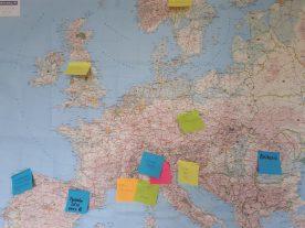 Met een kaart van Europa en een flinke stapel gekleurde memo-briefjes puzzelt de reizencommissie op een goed reisaanbod